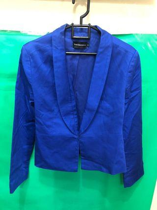 Blazer biru dengan shoulder pad merk The Executive