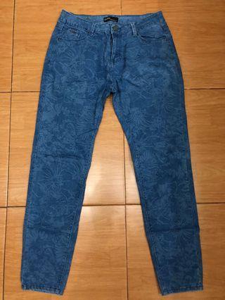 Jeans corak bunga merk Zara lingkar pinggang up to 82 cm