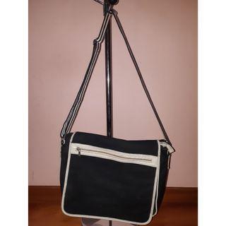 Tas selempang bentuk persegi warna hitam