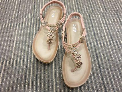 HUGH QUALITY PADDED FLATS WITH FLOWER DESIGNS AND BEADS - K53-9(PINK)