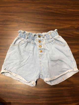 淺藍排扣短牛仔褲