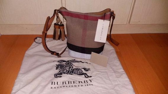 【英國 Burberry】帆布水桶包 皮革流蘇 真皮背帶可調 真品正品(全新)