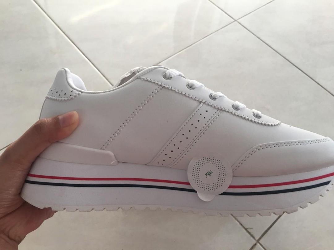 Sepatu Pull and Bear putih