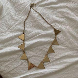 Kalung emas segitiga