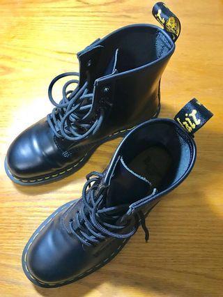 🚚 8孔馬丁靴(買錯尺寸,只穿過2-3次,右腳摺痕比較明顯)