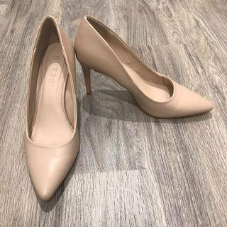 Betts nude pumps