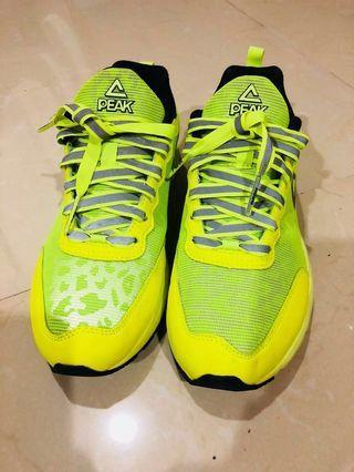 Sport shoes Peak