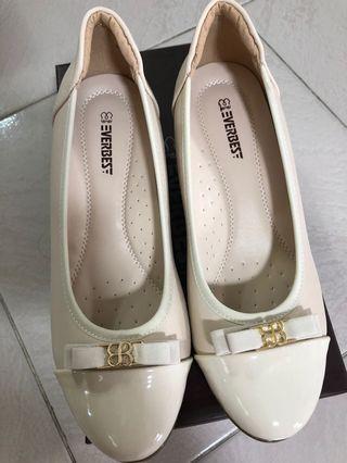 Brand new Everbest beige/cream heels