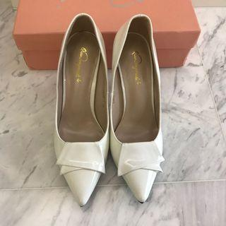 🚚 Brand New White Pointed Toe Heels in Patent Style