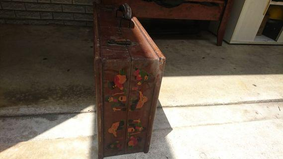 Antique lugagge with table
