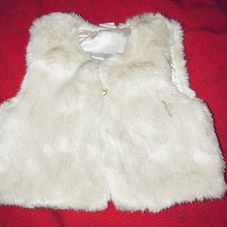 f5045713 Zara White Faux Fur Vest with silky lining 6-9 months