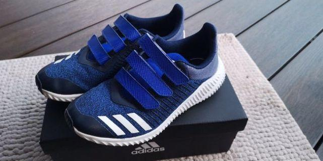 🚚 Adidas sports shoes for kids