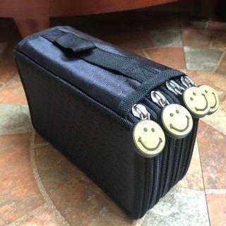 🚚 黑色微笑拉鍊手提四層收納袋 收藏袋 整理袋 分類袋 筆袋~畫筆 化妝用具 筆類等收納整理