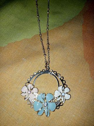 LC Lauren Conrad gold color three flower necklace
