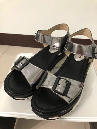 🚚 ✨BESO✨率性休閒運動涼鞋/黑銀