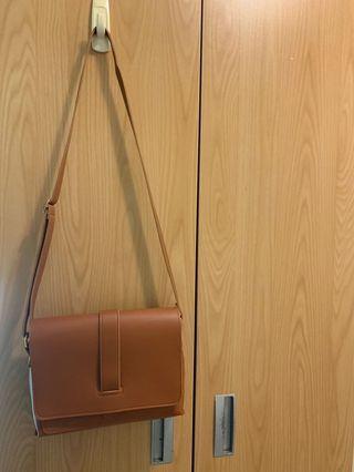 🚚 咖啡色大容量側背包包