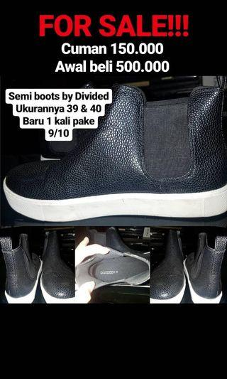 Divided semi boots