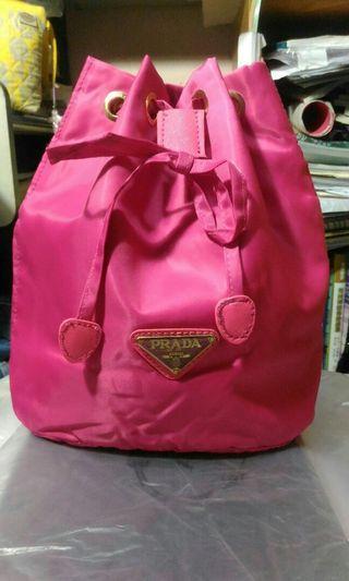 Prada化妝專櫃贈品 桃紅色索繩手提包