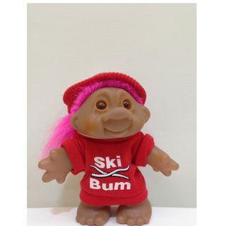 幸運小子(滑雪迷)醜娃、巨魔娃娃、醜妞、Troll Doll、魔髪精靈、魔法精靈、滑雪、大紅、滑雪裝備、SKI BUM