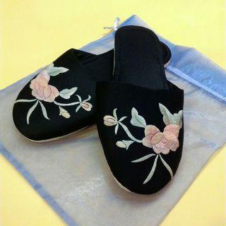 二手刺繡花卉蠶絲絲質室內拖鞋一雙