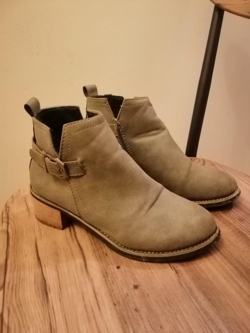 3eb8fa71d389 Leather Ankle Boots, Women's Fashion, Shoes, Boots on Carousell