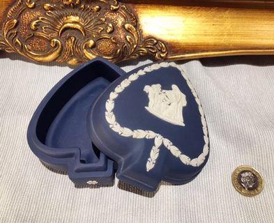 英國 Wedgwood Jasperware 70年代深藍色浮雕陶瓷盒連盒