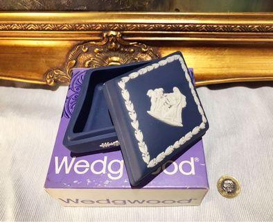 英國 Wedgwood Jasperware 70年代深藍色浮雕陶瓷凌形糖果盒連原裝紙盒