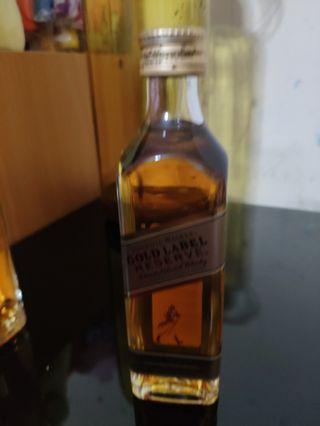 罕有,johnnie walker gold label reserve威士忌玻璃瓶酒辦50ml一支。
