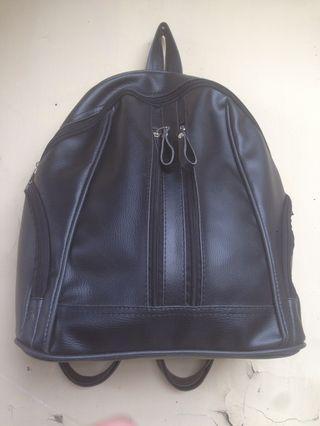 Tas punggung hitam