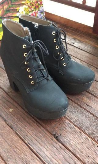 黑色防水檯高跟靴