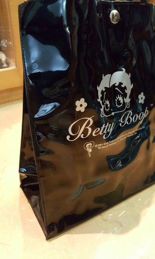 BETTY黑色漆亮皮提袋