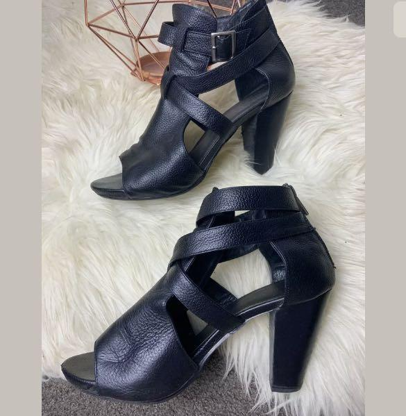Isabella Anselmi sz 40/US9 black leather ankle boots shoes heels strappy chic