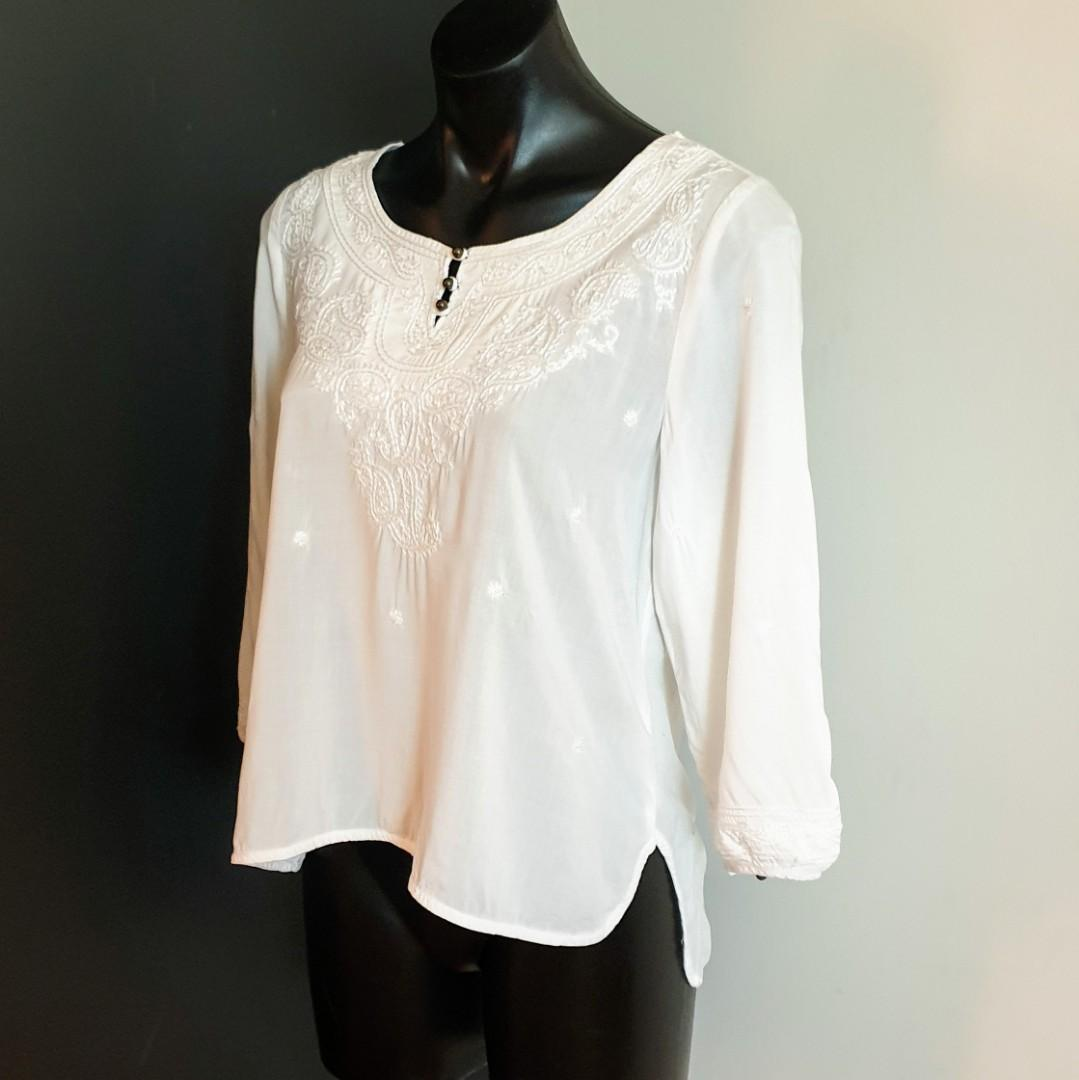 Women's size S 'FOREVER 21' Gorgeous white long sleeve embroidered boho top - AS NEW