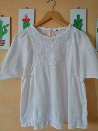 Uniqlo embroidery white short sleeve blouse