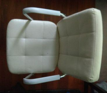 White Beauty: Swivel Chair in white PU Learther