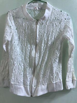 白色花朵洞洞短版外套