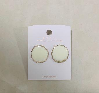 🚚 Round earring studs