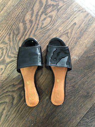L'intervalle patent flat sandals size 6