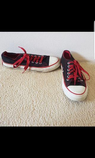 Size 38 (7) converse in great condition. Comes with black laces