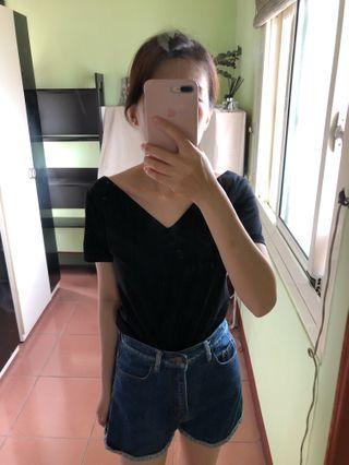 法式雙V領簡約上衣。490。尺寸S/M/L/XL/。黑/白/乾燥玫瑰粉。