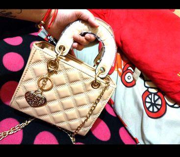 迪奧風~菱格紋漆皮愛心吊飾小方包、手提包👜、側背包、逛街包、晚宴包 跑趴包