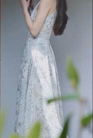 刺繡花紗質長洋裝|藍灰色 復古 細肩帶 小禮服