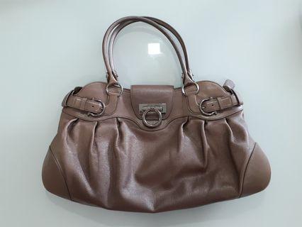 🚚 Salvatore Ferragamo handbag