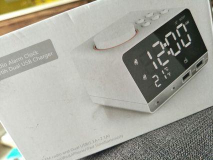 🚚 Radio Alarm clock and dual USB