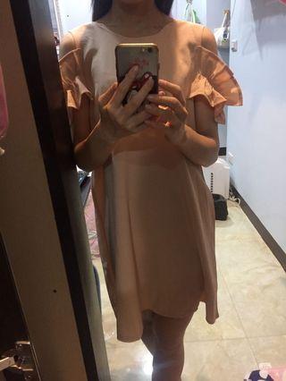 荷葉露肩粉色洋裝連身裙