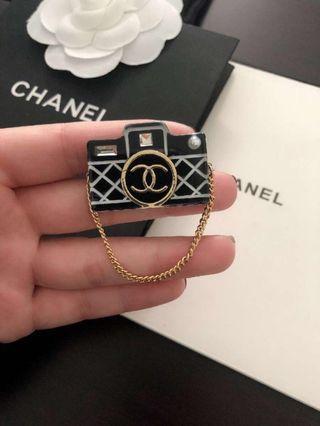 Chanel相機鏈條胸針