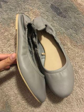 🚚 Grey leather flats Not Aldo