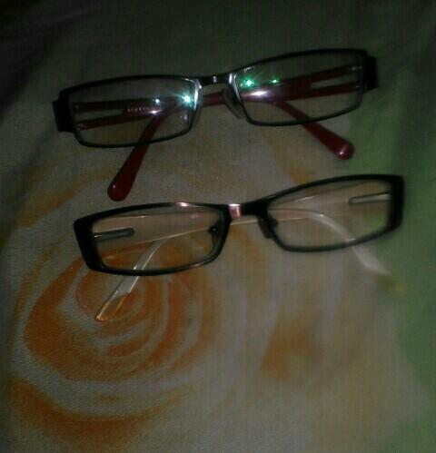 Kacamata min merk leveinine G , yg satunya ngga tau apa merk ny,