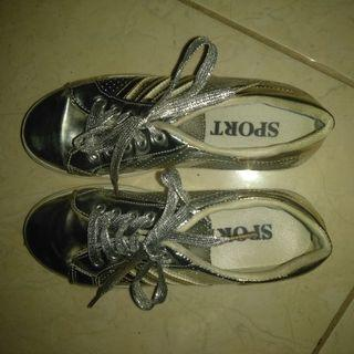 Sepatu sneakers metallic preloved
