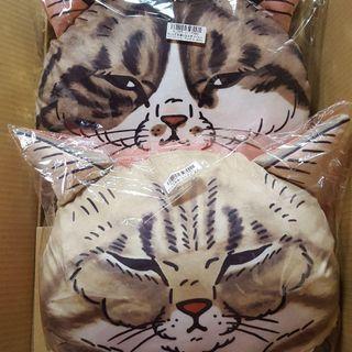 '世にも不思議な猫世界' funny cat face cushion (dark grey)